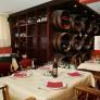 Le restaurant est spacieux et tout autour de vous, des vins prestigieux vous attendent.